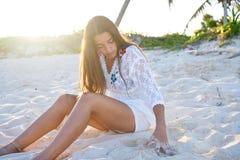 Латинский красивый заход солнца девушки в карибском пляже Стоковые Изображения RF