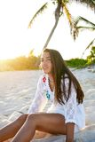 Латинский красивый заход солнца девушки в карибском пляже Стоковая Фотография RF