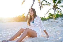 Латинский красивый заход солнца девушки в карибском пляже Стоковое Фото