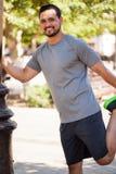 Латинский мужской спортсмен протягивая outdoors стоковое изображение rf