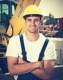 Латинский рабочий-строитель с местом работы движенца земли в годе сбора винограда Стоковые Фото