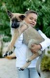 Латинский ребенок с его собакой стоковое фото