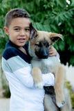 Латинский ребенок с его собакой стоковое изображение rf