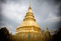 Латунная пагода блестящее внутреннее Wat Phra которое Hariphunchai Стоковая Фотография