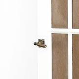 Латунная ручка двери на белой двери с copyspace fot отправляет СМС. Белый h Стоковая Фотография RF