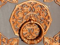 Латунная ручка на двери церков Knocker двери Старое vintag Стоковые Изображения
