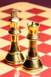 Латунные ферзь и король шахмат стоковые изображения rf