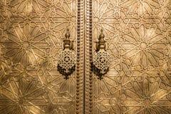 Латунные knockers двери на королевском дворце в Fez стоковое фото rf