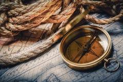 Латунный античный компас на деревянной предпосылке Стоковая Фотография