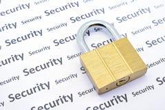 Латунный ключ для всех замков на белой бумаге с словом безопасностью Стоковые Изображения
