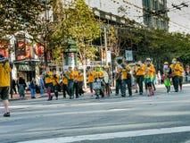Латунный марш оркестра на параде Зеленой партии на улице рынка Стоковая Фотография RF