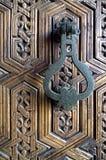 Латунный knocker на деревянной двери Стоковая Фотография