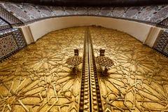латунь высекла дворец fez двери крупного плана богато украшенный Стоковое Изображение RF