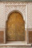 Латунь украсила морокканскую дверь Стоковая Фотография
