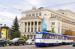 Латышский национальный академичный дом театра оперы и балета и старый трамвай, Рига, Латвия стоковые фото