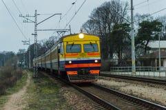 Латышский поезд причаливая станции железных дорог Jurmala стоковые изображения rf