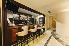 Лаунж-бар гостиницы с shelfs и местами бутылки Стоковые Изображения