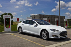 Лафайет, ВНУТРИ - около июль 2016: Станция суперчаржера Tesla Перезаряжать предложений суперчаржера электротранспортов III Стоковое Фото