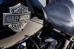 Лафайет - около апрель 2018: Эмблема и двигатель Harley Davidson Harleys знать для их верноподданическое следовать III Стоковая Фотография RF