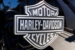 Лафайет - около апрель 2018: Эмблема и двигатель Harley Davidson Harleys знать для их верноподданическое следовать IV Стоковое фото RF
