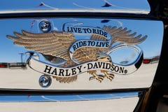 Лафайет - около апрель 2018: Эмблема и двигатель Harley Davidson Harleys знать для их верноподданического после v Стоковые Изображения RF