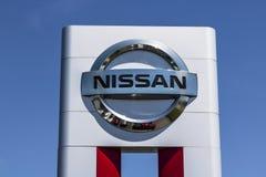 Лафайет - около июнь 2017: Логотип и Signage автомобиля Nissan и дилерских полномочий SUV Nissan часть союзничества v RenaultNiss Стоковое Фото