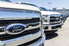 Лафайет - около июнь 2017: Местные дилерские полномочия автомобиля и тележки Форда Форд продает продукты под брендами Линкольна и Стоковое Изображение