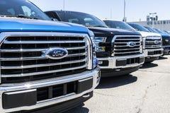 Лафайет - около июнь 2017: Местные дилерские полномочия автомобиля и тележки Форда Форд продает продукты под брендами Линкольна и Стоковая Фотография