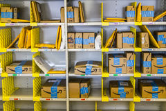 Лафайет - около февраль 2017: Магазин Амазонки на Purdue Клиенты магазина кирпич-и-миномета могут получить продукты от Амазонки c Стоковое Изображение