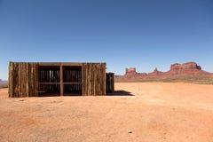 Лачуга в пустыне с мезой и butte на заднем плане стоковые фотографии rf