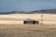 Лачуга и ветрянка стоковая фотография rf