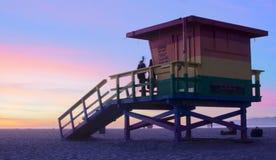 Лачуга личной охраны пляжа Венеции на заходе солнца стоковая фотография rf