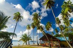 Лачуга пляжа и белый песок стоковое изображение rf