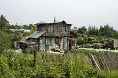 Лачуга - плохой дом в селе стоковые изображения rf