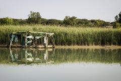Лачуга рыбной ловли на канале моря стоковые фотографии rf