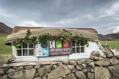 Лачуга с шлюпкой для крыши на Калгари на острове Mull стоковые изображения rf