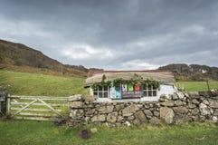 Лачуга с шлюпкой для крыши на Калгари на острове Mull стоковое изображение rf