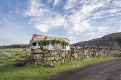 Лачуга с шлюпкой для крыши на Калгари на острове Mull стоковые изображения