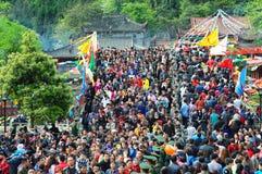 Ладан людей горящий в виске Стоковое Фото