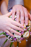 Ладони жениха и невеста кольца предпосылки яркие wedding белизна Стоковые Фотографии RF