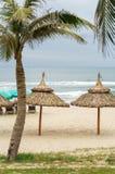 Ладони приютят и sunbeds в Китае приставают к берегу в Da Nang Стоковые Фото