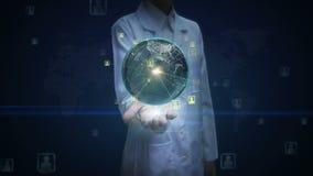 Ладонь женского доктора открытая, вращая земля, расширяя социальные сетевые услуги, средства массовой информации на ладонях
