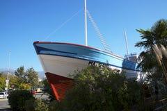 Ла Dorada рыбацкой лодки, сделанное известный в телесериале Verano Azul 1980s теперь в парке в Nerja Испании Стоковое Изображение