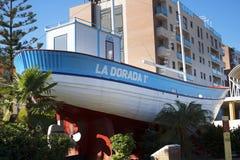 Ла Dorada рыбацкой лодки, сделанное известный в телесериале Verano Azul 1980s теперь в парке в Nerja Испании Стоковая Фотография RF