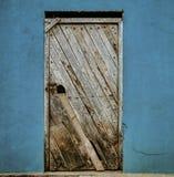 Ла Entrade, эквадор - 14-ое сентября 2018 - несенная unpainted дверь на голубой стене стоковые фотографии rf