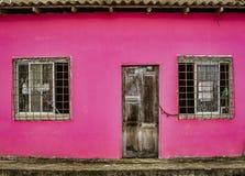 Ла Entrade, эквадор - 14-ое сентября 2018 - unpainted дверь на красной стене стоковая фотография