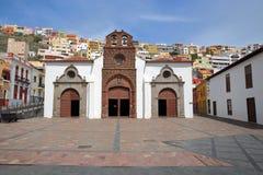 ЛА GOMERA SAN SEBASTIAN DE, ЛА GOMERA, ИСПАНИЯ: Церковь предположения в Ла Gomera San Sebastian de с красочными домами в b Стоковая Фотография