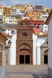 ЛА GOMERA SAN SEBASTIAN DE, ЛА GOMERA, ИСПАНИЯ: Церковь предположения в Ла Gomera San Sebastian de с красочными домами в b Стоковое Фото