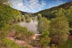 Ла Laye de retenue de Lac, Forcalquier, Провансаль, Франция: ландшафт на весне озера стоковое фото rf