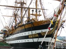 Ла Spezia, Италия 6-ое июня 2013 Корабль школы итальянского военно-морского флота Америго Веспуччи поставил на якорь к Марине по  стоковые изображения